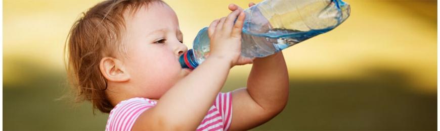 Bébé doit boire de l'eau